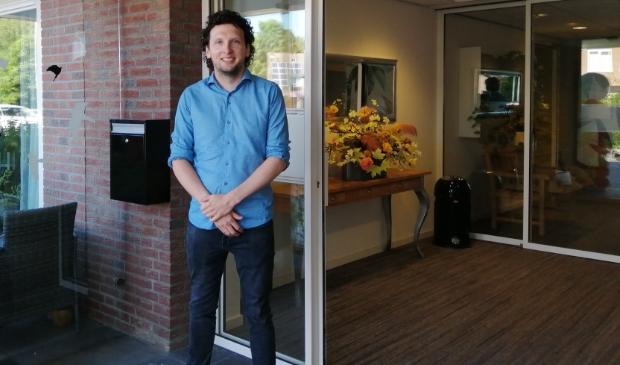 Thomas Bonsen bij de ingang van De Keern. De deur staat weer wijd open.