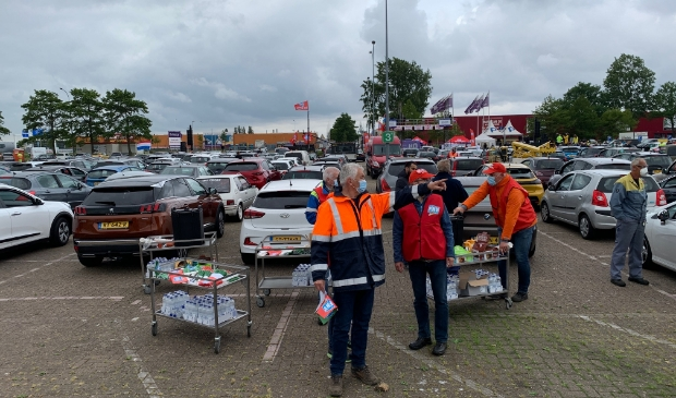 De drive in-vergadering van de FNV over Tata Steel op de parkeerplaats van de Bazaar wordt goed bezocht. De vrijwilligers geven de laatste aanwijzingen.