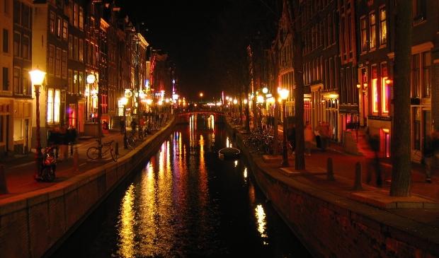 De Wallen in Amsterdam, druk bezocht door binnenlandse en buitenlandse toeristen.