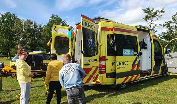 Bewoners nemen kijkje in een van de ambulances van de veiligheidsregio.