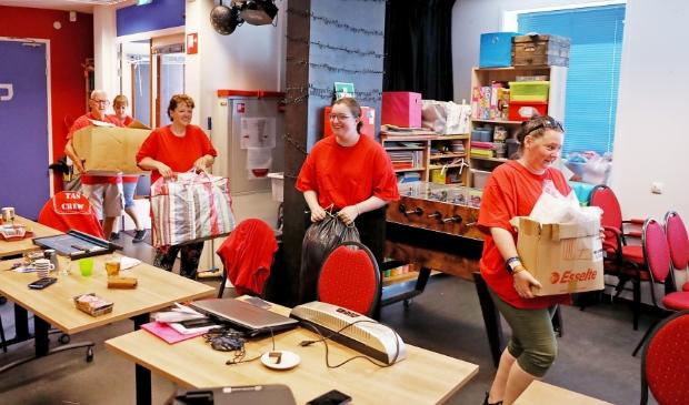 De vrijwilligers van TAS Jongerenwerk zijn druk in de weer, ter voorbereiding op de start van het Zomerprogramma.