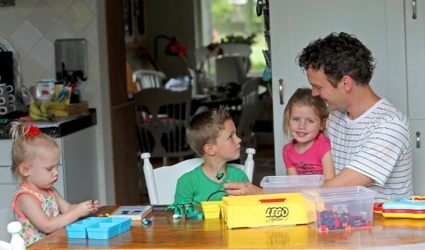 Papa Jelle bouwt ook met zijn kinderen aan de toekomst.