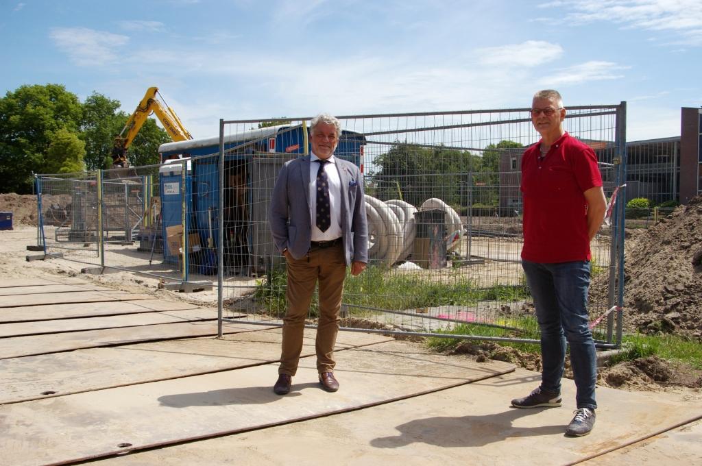 Wethouder Ad Jongelenen (l) en bedrijfsleider Per Rinkel van Bouwburo Tauber op de bouwplaats van het voormalige MAVO-veld aan de Dokter Wilminkstraat in Noord-Scharwoude. (Foto: aangeleverd) © rodi