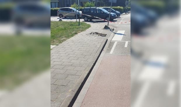 Omhooggekomen stoeptegels bij kruispunt Burg. Versteegsingel # Dijkgraaf Poschlaan in Edam.