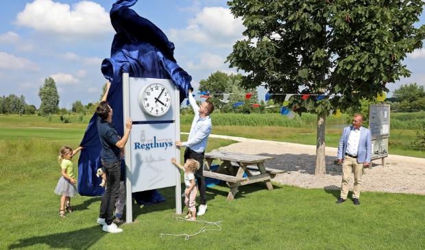 Jeroen Botman en Pieter de Wit onthullen de nieuwe klok onder toeziend oog van de voorzitter van de golfvereniging 't Regthuys)