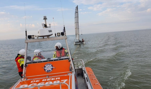 Catamaran op Markermeer met hulp van Reddingsstation Warder weer veilig in de haven.