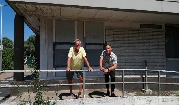 Rens (links) en Pascal voor het voormalige hoofdkantoor in Purmerend.