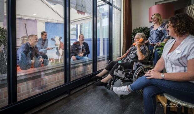 Jasper Tolhuijs, Cyril Kraak en Raymond Warnars probeerden zelf de partytent uit en belden met mevrouw Gonggrijp. Omring medewerkers Marlies Touwen-Schoneveld en Mirjam Beuger hielden haar gezelschap.