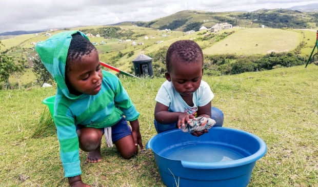 Kinderen wassen hun handen voor ontbijt. Hygiëne zo belangrijk.