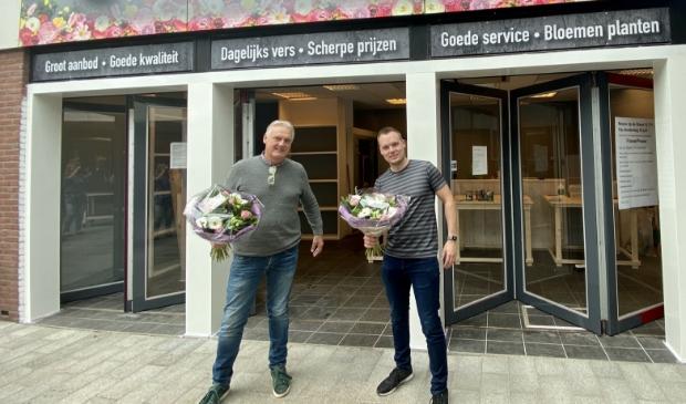Danny en Kees Hoffman voor hun nieuwe filiaal in Volendam.