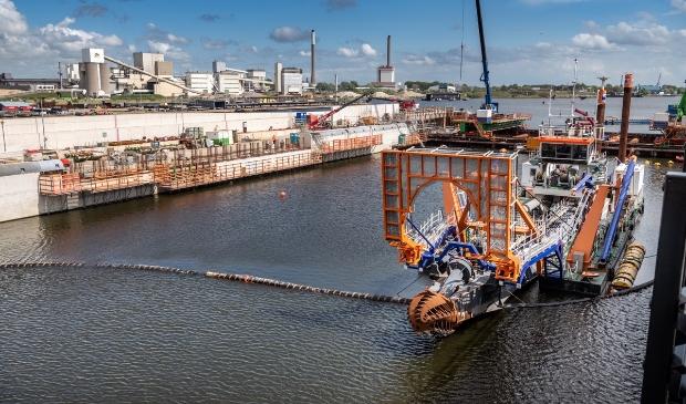 Het uitgraven van de sluiskolk van de nieuwe zeesluis in IJmuiden is begonnen.