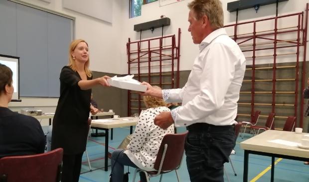 Saskia Zondervan overhandigt namens de omwonenden 300 handtekeningen aan Nico de Lange.