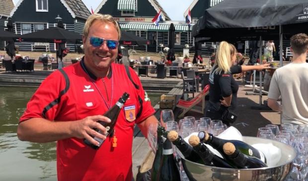 Bij binnenkomst kregen de gasten van uitbater Dick Koorndijk een glaasje bubbels.
