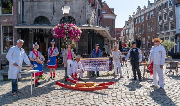 De Kaasmarkt in Hoorn ontving een bijdrage waardoor de vrijwilligers langs verzorgingshuizen kunnen gaan voor kleinschalige optredens.