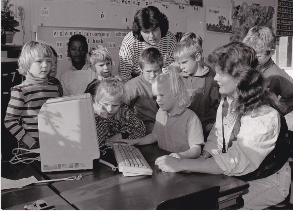 Historisch materiaal op je computer. Kinderen van de Redmer IJska-school op Texel achter een computer, 1990. (Foto: Regionaal Archief Alkmaar) © rodi