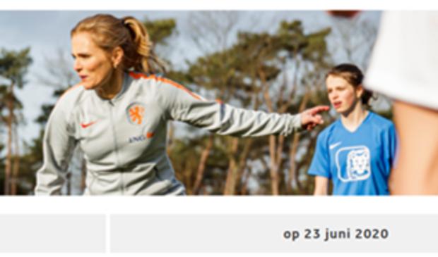 Bondscoach Sarina Wiegman instrueert.