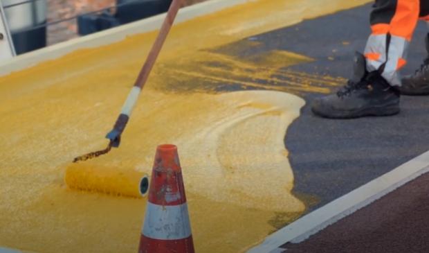 Ook de Beatrixbrug moet nog gele markeringen krijgen op de klep.
