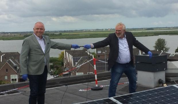 Jeroen Schalkwijk (Wormerland) en John van Nimwegen (WormerWonen) sluiten de 860 zonnepanelen aan.
