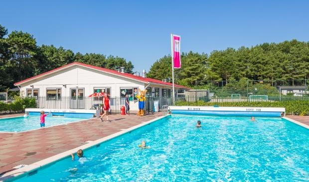 Heerlijk zwemmen in het buitenzwembad van Roompot