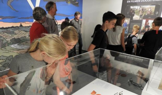 Leerlingen van de plusklas van basisschool Helmgras bij de opening van de tentoonstelling.