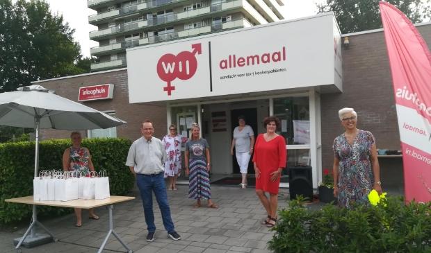 Inloophuis WIJ-allemaal deelt cadeautasjes uit aan alle vrijwilligers.