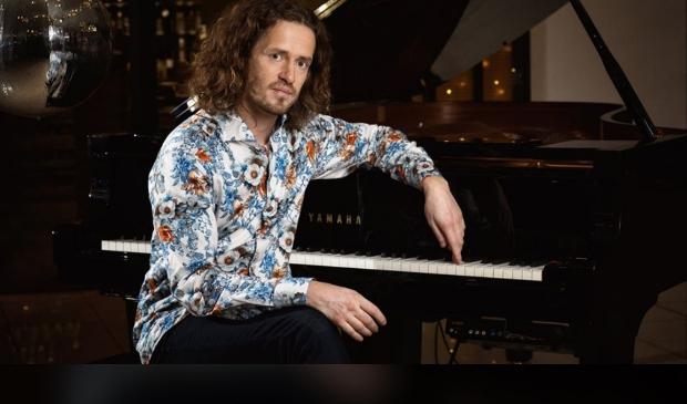 Zanger/ pianist Roon Staal komt 13 juni naar Kwadijk.
