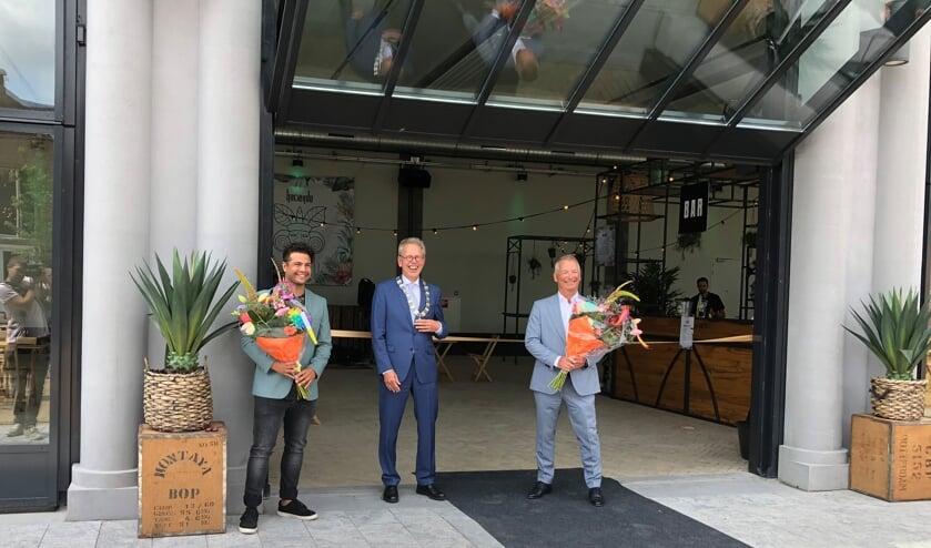 Commercieel manager Sander Mook, burgemeester Don Bijl en eigenaar Frits Dix, vlak voor de opening.