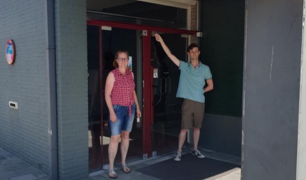 Medewerkers van Vrijwilligerspunt trekken voor het laatst de deur van het kantoor aan de Maelsonstraat 20 achter zich dicht.