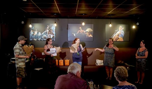 De deelnemers ontvingen het certificaat uit handen van Jantine Geels en Fleur Bolink.