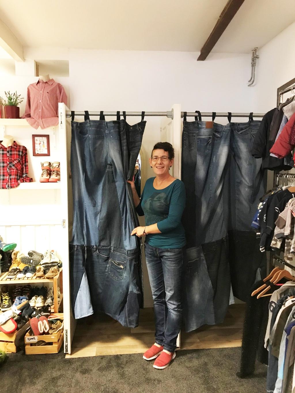 Andrea heeft hippe gordijnen gemaakt voor de paskamers. (Foto: Aangeleverd) © rodi
