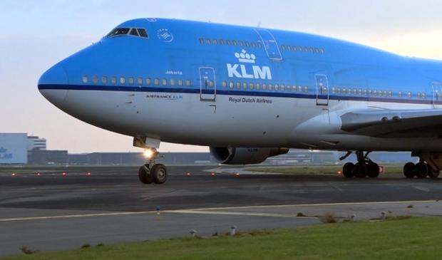 KLM-medewerkers van het project 'Blauwhelpt' staan 'Gouden Dagen'bij.