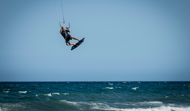 Kitesurfer bij officieel aangewezen kitesurfplek.