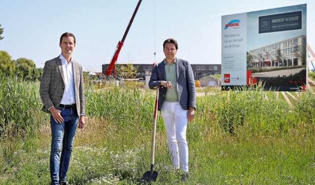 Ontwikkelingsmanager Hoorne Vastgoed Machiel Reijne (l) met Edwin Balvers van Broekman Makelaars op de plek waar Draaiwaard wordt ontwikkeld.