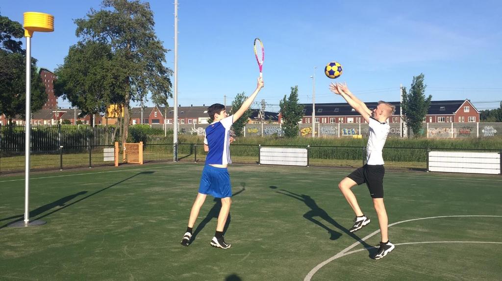 Schotoefening met verdediger met tennisracket op veilige afstand (Foto: Aangeleverd) © rodi