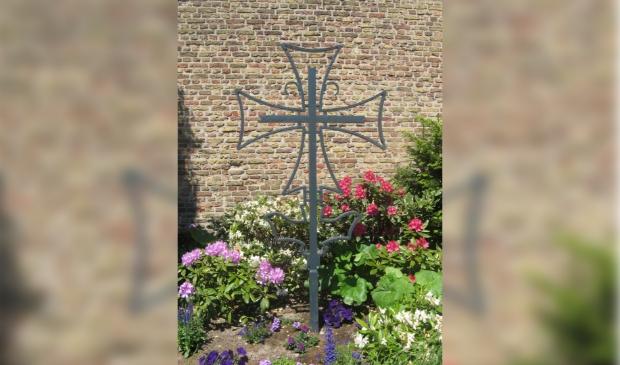 Het kruis van de Maranathakerk naast de toren van de Dorpskerk.