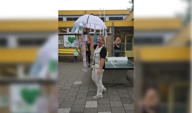Juf Marja met de aju-paraplu.