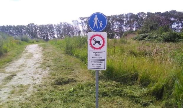 <p>Honden aan de lijn in het Aagtenpark. Er wordt vanaf 1 augustus geverbaliseerd.</p>