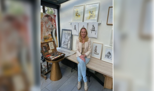 Nicole Post bij haar kunstwerken.