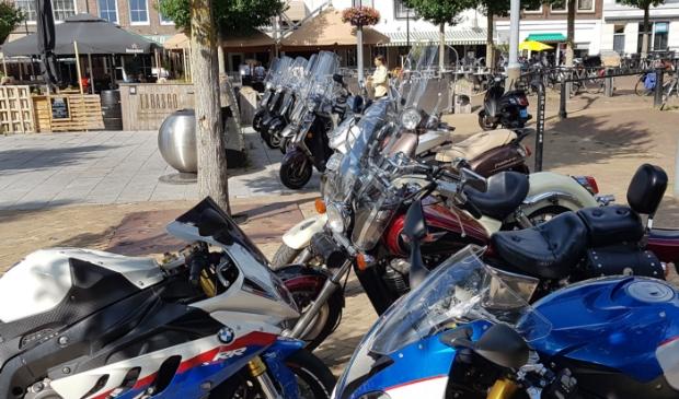 Terwijl op de achtergrond de motoren keurig staan geparkeerd, lijken de eigenaren van deze gangmakers te denken: als ik mijn motor maar kwijt ben.