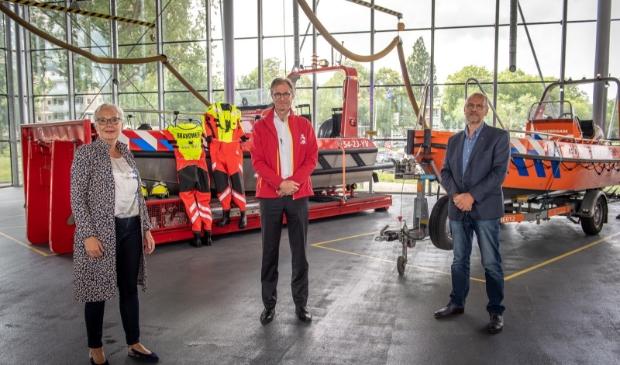 De directeuren van Veiligheidsregio Zaanstreek-Waterland bij de vaartuigen voor geval van overstroming.