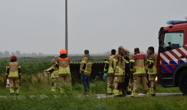 Brandweer en adviseur doen onderzoek naar gedumpte jerrycans.
