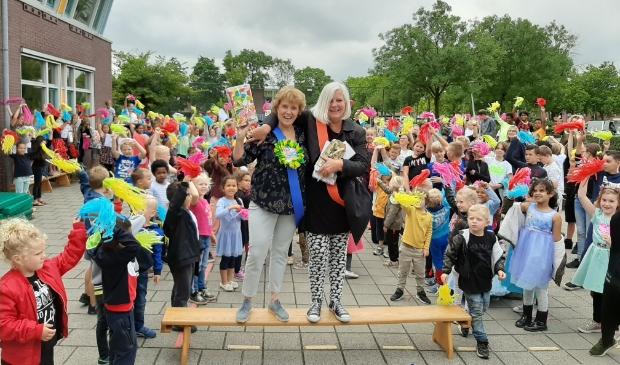 Respect voor tachtig jaar lesgeven! Juffen Marcelle en Irene namen afscheid van hun kinderen op obs De Watermolen.