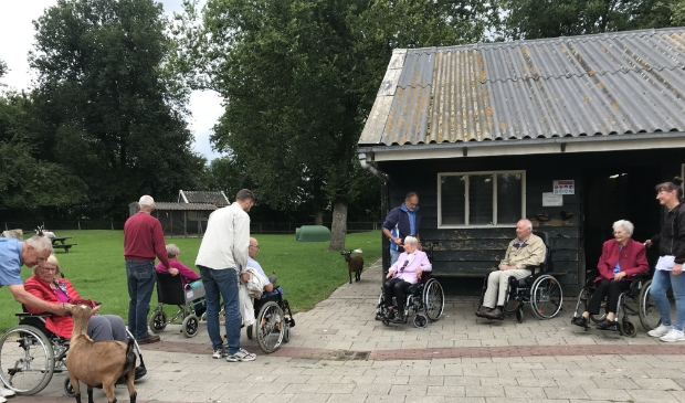 Een gezamenlijk bezoekje aan de  nabijgelegen Kinderboerderij de Put.