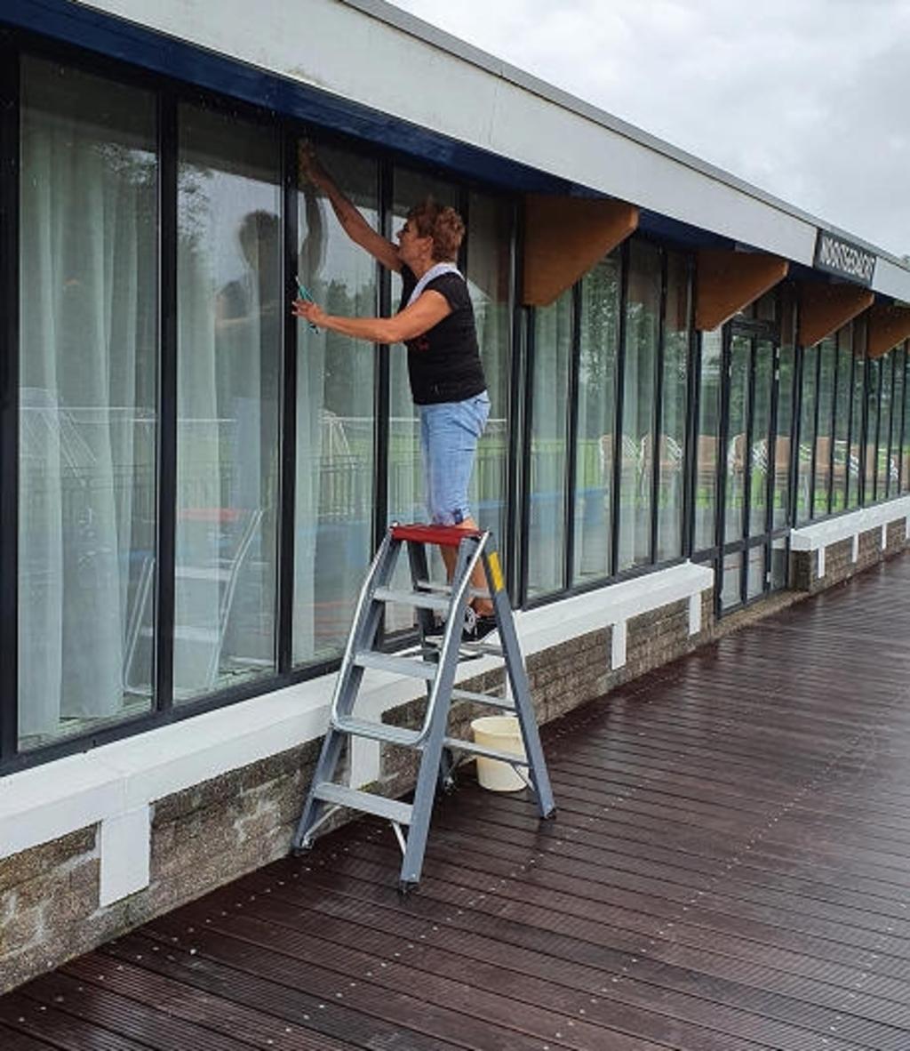 Alle ramen worden weer schoongemaakt. (Foto: Sportvereniging Marken) © rodi