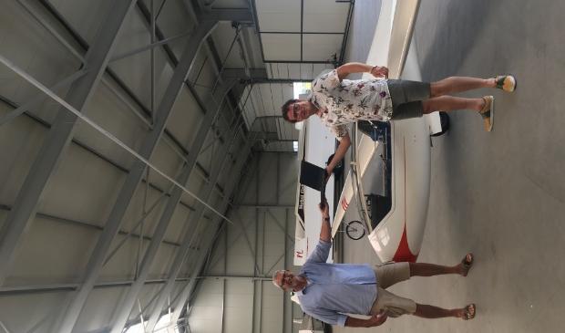 Frans Sandkuijl van Zweefvliegcentrum Noordkop krijgt de laptop overhandigd door Edwin Wittink van de Hollands Kroonse Uitdaging.