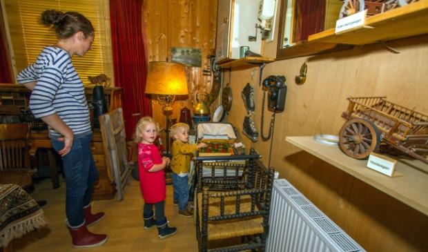 Kinderen kijken hun ogen uit in een woonkamer anno 1950.