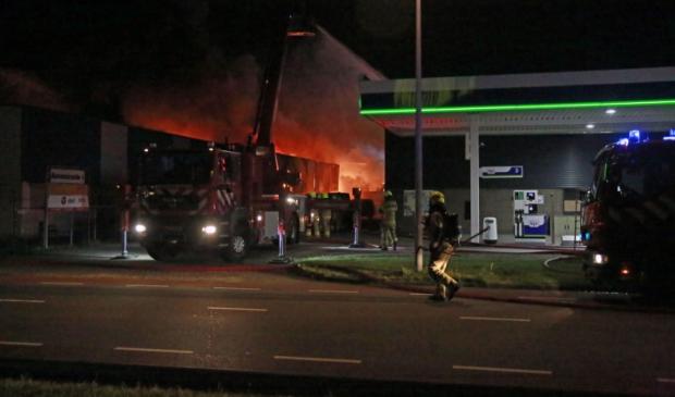Een fikse brand in een bedrijfsverzamelpand op bedrijventerrein Beverkoog