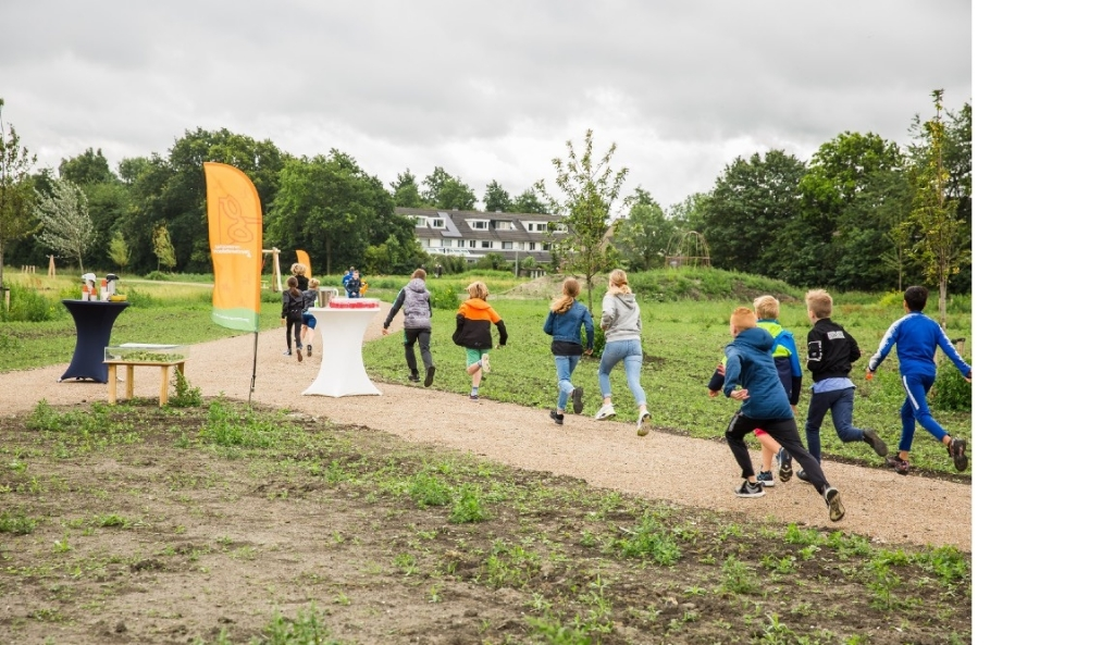De pers en andere genodigden keken vervolgens toe hoe ruim vijftig scholieren enthousiast de natuurspeeltuin in stormden. (Foto: aangeleverd) © rodi