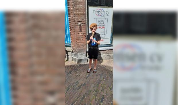 Tienjarige fluitspeler in binnenstad van Enkhuizen.
