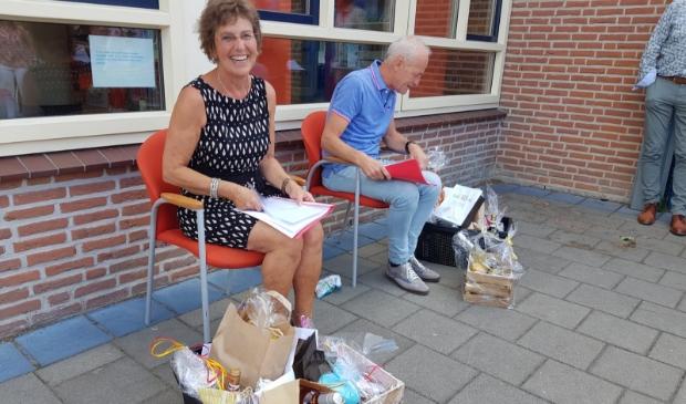 Na schooltijd werden Jan en Ans door de collega's toegezongen en waren er cadeautjes.